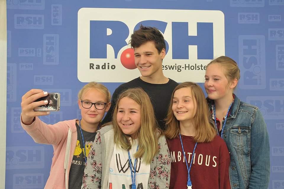 Wincent Weiss mit seinen Fans (von links) Frida Hassepass (13), Kaja Scheel (13), Annabell Grzybowski (12) und Nane Voß (11). Foto: Voß