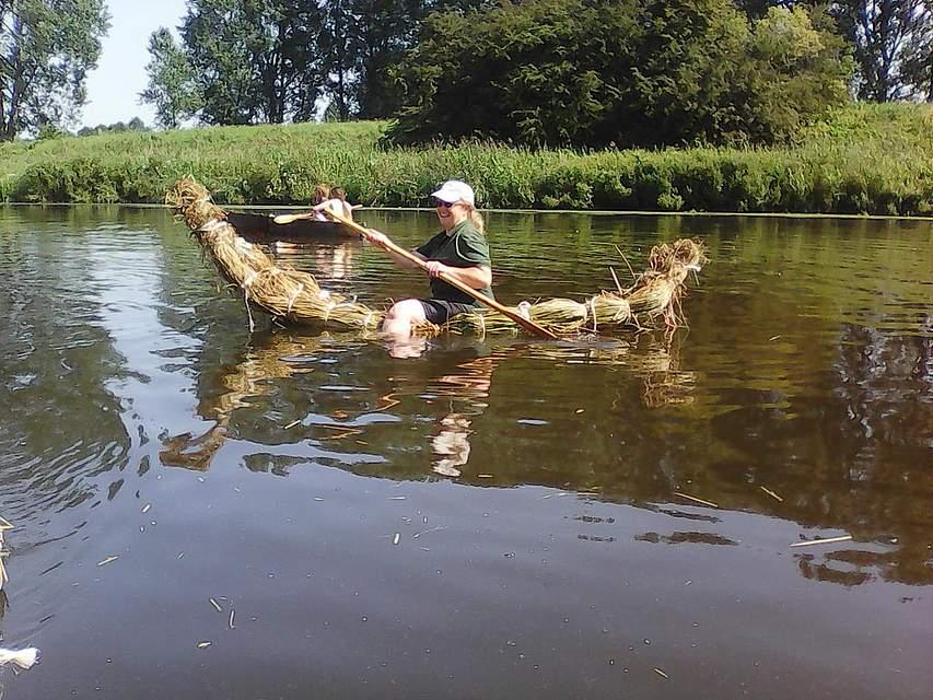 Test der steinzeitlichen Boote auf der Eider bei Nübbel.