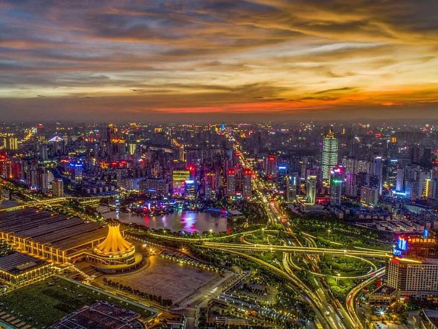 Blick bei Sonnenuntergang auf das beleuchtete Nanning. Foto: Peng Huan/SIPA Asia via ZUMA Wire