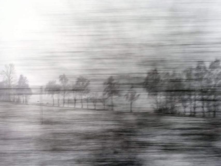 Aus einem fahrenden Zug heraus sind kahle Bäume in der winterlichen Landschaft im bayerischen Geltendorf zu sehen. Foto: Karl-Josef Hildenbrand
