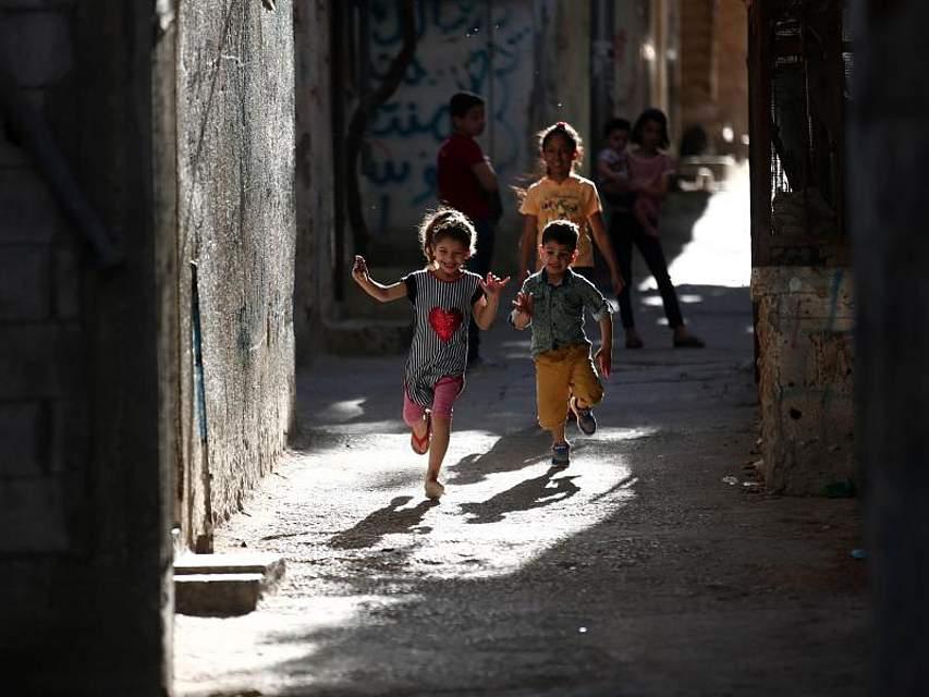 Im Flüchtlingslager Balata im Westjordanland spielen Kinder in den Gassen. Foto: Ayman Nobani/XinHua