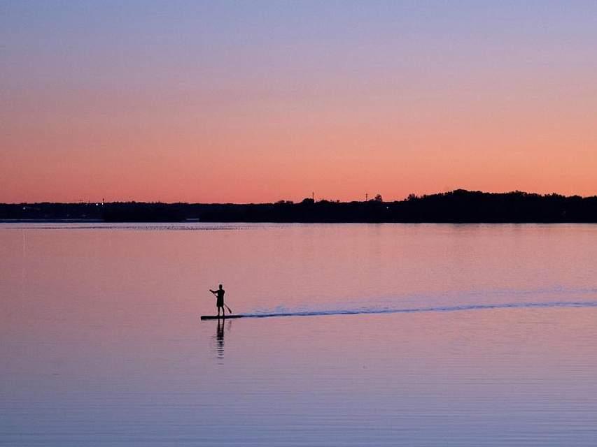 Ein Stehpaddler ist auf dem Fluß Ottawa in der kanadischen Provinz Ontario unterwegs. F. Foto: Adrian Wyld/The Canadian Press/AP/dpa