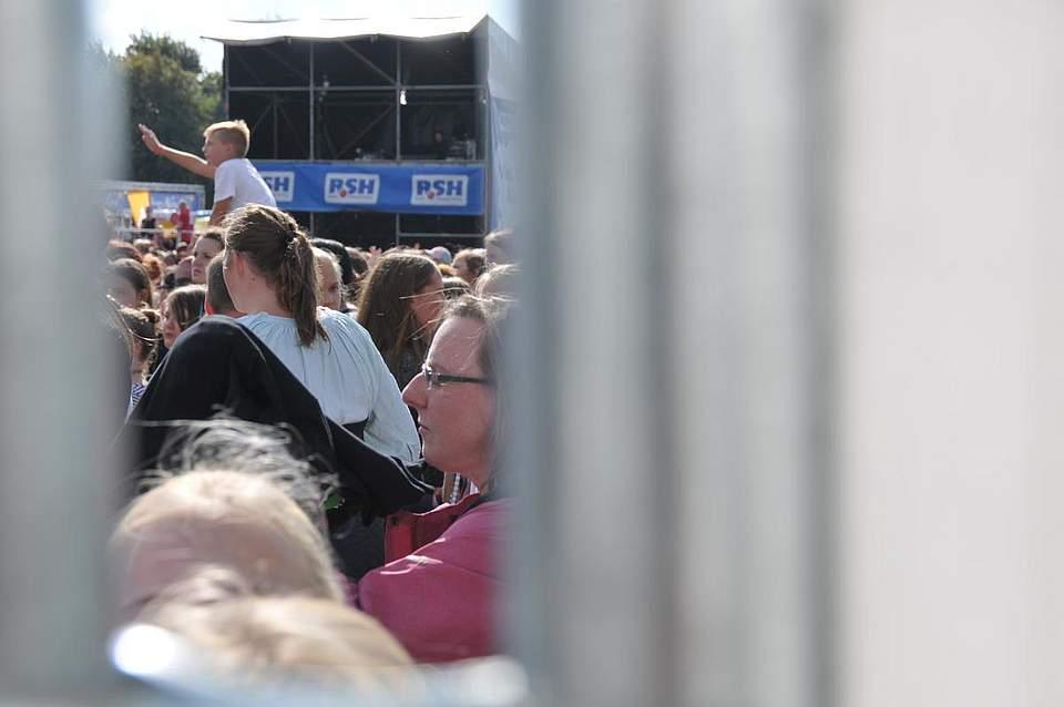 Ein Blick durch den Zaun auf die Besucher des RSH-Kindertages. Foto: Voß