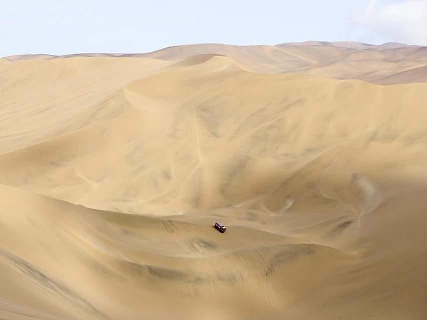 Auf der fünften Etappe der Rallye Dakar zwischen Tacna und Arequipa kommt ein Truck die Dünen hinunter. Foto: Ricardo Mazalan/AP