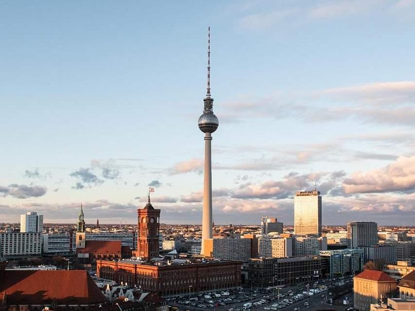 Die Sonne beleuchtet das Alte Stadthaus, das Park Inn, den Fernsehturm, das Rote Rathaus und die Nikolaikirche in Berlin. Foto: Paul Zinken