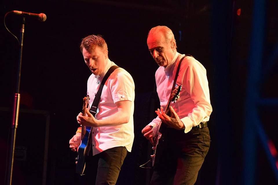 Richie Malone, das jüngste Mitglied der Band, mit Francis Rossi. Foto: Müller