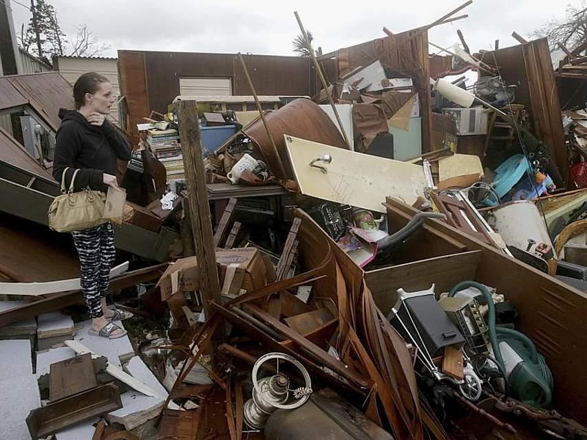 Eine Frau inspiziert die von Hurrikan «Michael» verursachten Schäden auf dem Grundstück ihrer Familie in Panama City (Florida). Nachdem der Sturm das Festland mit voller Wucht erreicht hat, haben die Behörden Rettungsmannschaften die besonders schlimm getroffene Gebiete geschickt. Foto: Pedro Portal/Miami Herald/AP