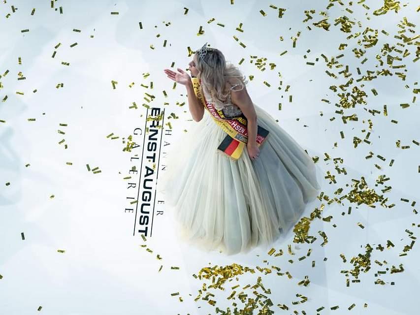 Sarah Wipperfürth, 23 Jahre alte Elektronikerin aus Schwülper, schickt bei der Miss-Wahl in Hannover eine Kusshand ins Publikum. Soeben ist sie zur schönsten Frau Niedersachsens bestimmt worden. Foto: Peter Steffen