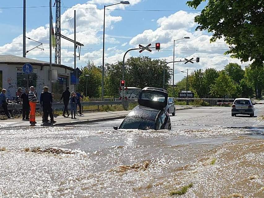Ein Wasserrohrbruch in Rostock hat zu einer Straßenunterspülung geführt. Dadurch tat sich ein großes Loch auf, in dem ein Auto versank. Der Fahrer kam unverletzt aus dem Wagen. Foto: Niels Draschaft