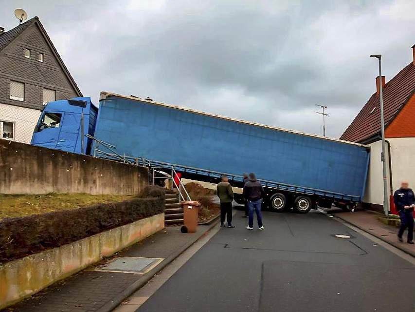 Ein Lastwagen steht im hessischen Herborn-Seelbach nach einem missglückten Wendemanöver quer. Foto: Polizeipräsidium Mittelhessen/dpa