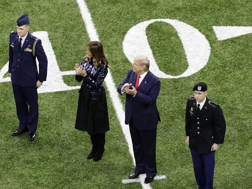 Donald Trump (2.v.r) und First Lady Melania beim College-Football-Finale zwischen der Louisiana State University und der Clemson University. Foto: Eric Gay/AP/dpa