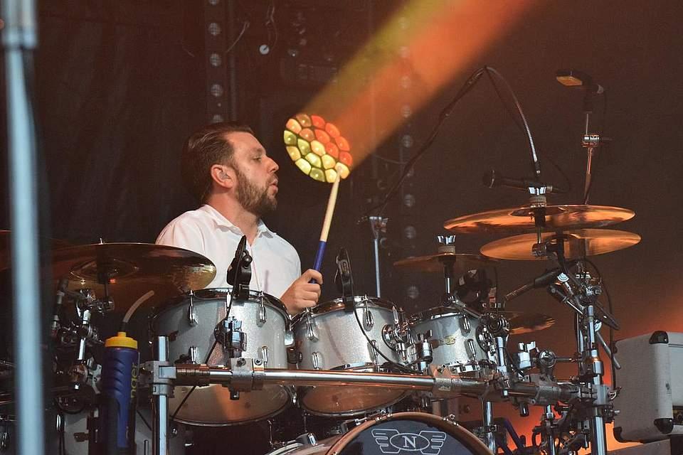 ...und Leon Cave am Schlagzeug. Fotos: Müller
