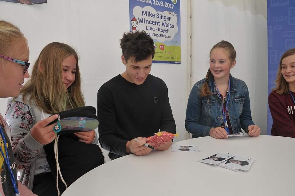 Wincent Weiss mit seinen Fans (von links) Frida Hassepass (13), Kaja Scheel (13), Nane Voß (11) und Annabell Grzybowski (12). Foto: Voß