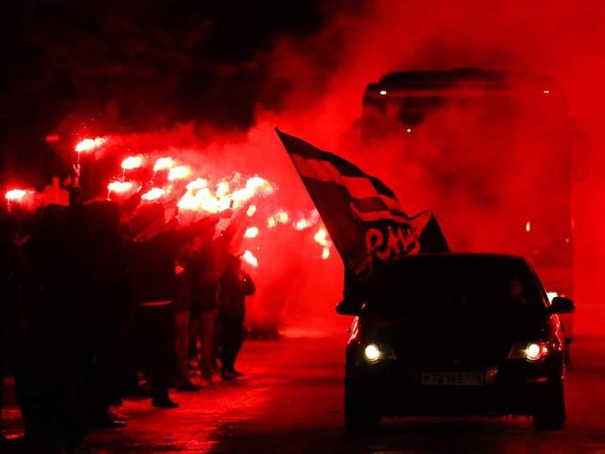 Spektakulärer Feuer-Empfang für die Fußballer von Zenit St. Petersburg: Auf dem Weg zum Stadion in der russischen Hafenstadt haben Fans mit reichlich Pyrotechnik begrüßt. Foto: Peter Kovalev, TASS
