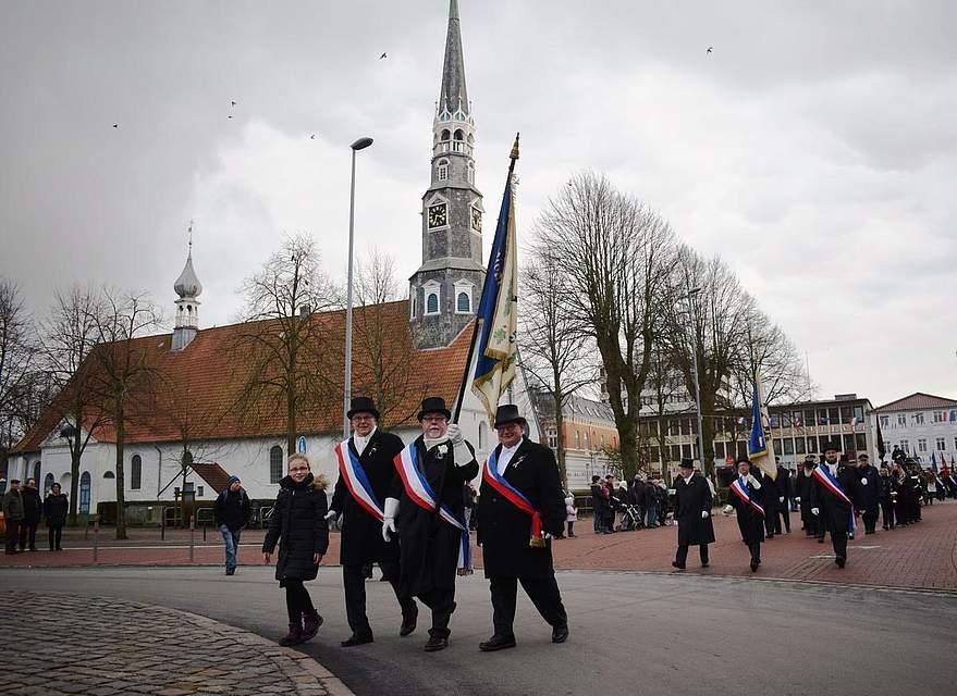 Gut zu Fuß: Die Süderegge zieht mit ihren Gästen an der St.-Jürgen-Kirche vorbei. Foto: Seehausen