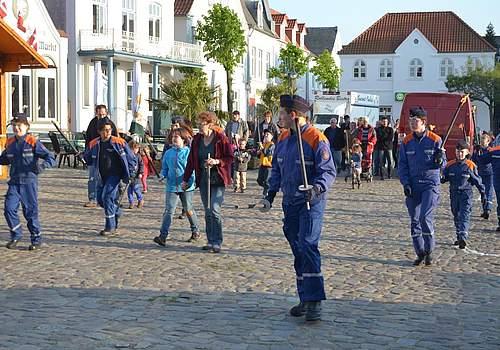 Der Vorabend zur Meldorf-Woche. Mit der Jugendfeuerwehr gibt es einen Fackelzug zum Maifeuerplatz.