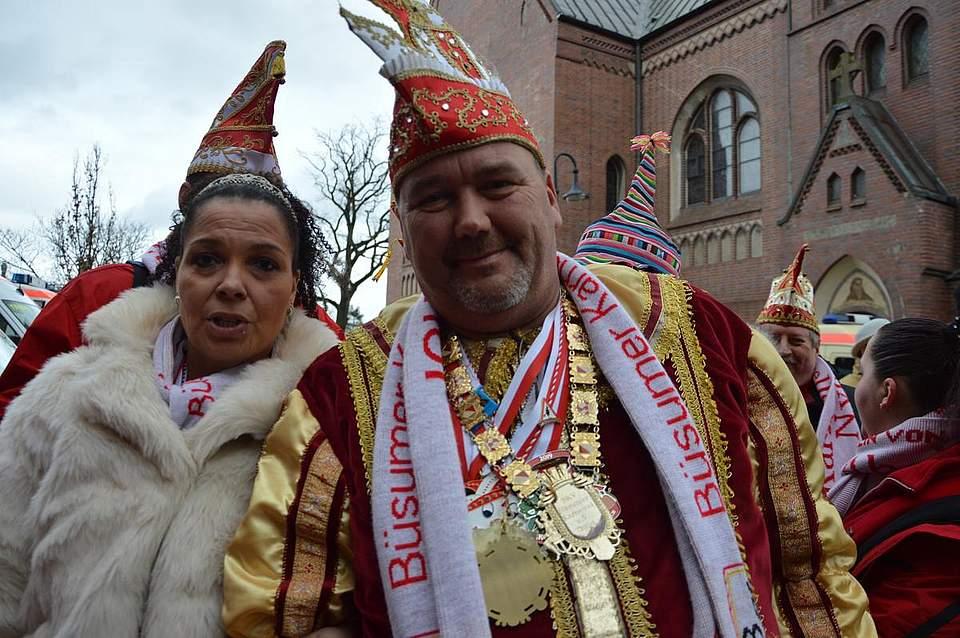 Unterstützung gibt es von den Büsumer Karnevalisten, hier das Prinzenpaar.