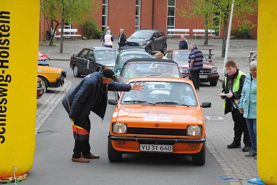 Jürgen Hinz gibt gleich den Start frei für den nächsten Fahrer der Rallye durch den Nordwesten Dithmarschens.