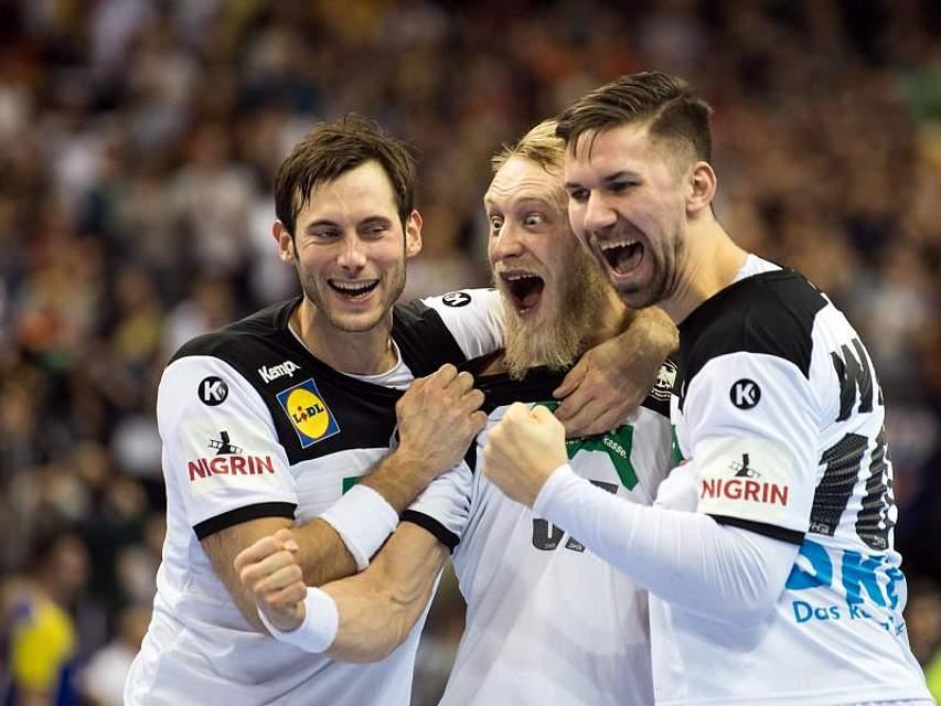 Die deutschen Handball-Nationalspieler Uwe Gensheimer (l-r), Matthias Musche und Fabian Wiede jubeln nach Ende des Spiels gegen Brasilien. Die DHB-Auswahl besiegte die Südamerikaner im zweiten WM-Spiel deutlich mit 34:21. Foto: Soeren Stache
