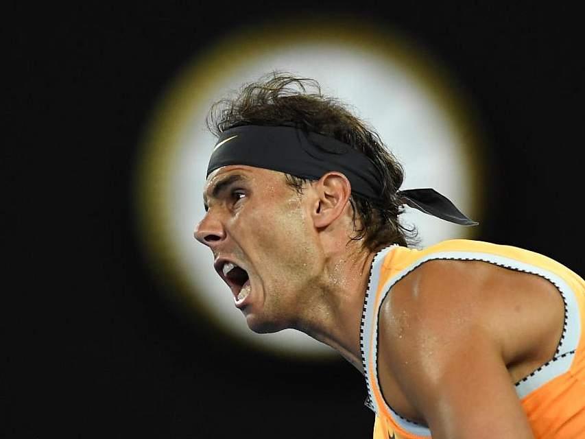 Rafael Nadal in Aktion im Match gegen Frances Tiafoe (USA). Der spanische Tennisstar gewann in drei Sätzen und steht damit bei den Australian Open in Melbourne zum sechsten Mal unter den letzten Vier. Foto: Lukas Coch/AAP