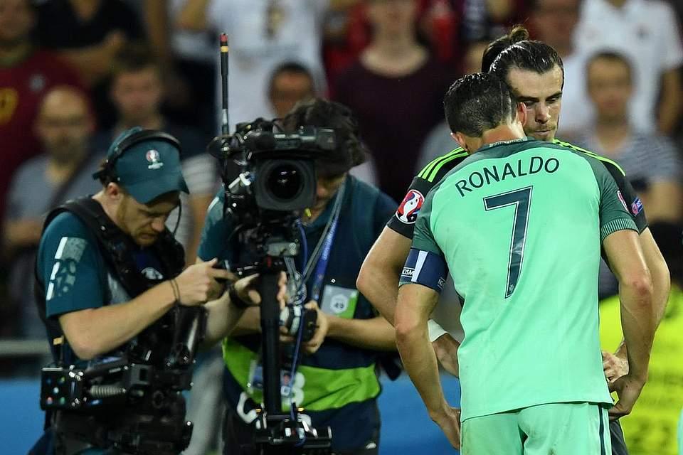 Cristiano Ronaldo tröstet seinen Mannschaftskolegen Gareth Bale nachdem die Waliser den Einzug ins Finale verpassten. Foto: Dedert