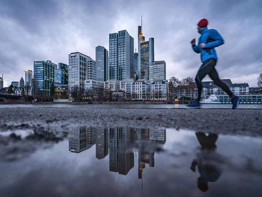 Ein Jogger in Frankfurt am Main lässt sich auch bei schlechtem Wetter nicht vom morgendlichen Sport abhalten. Foto:Frank Rumpenhorst