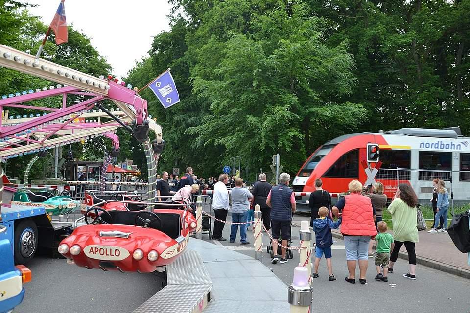 Albersdorf: Karussell fahren, wenn der Zug kommt.