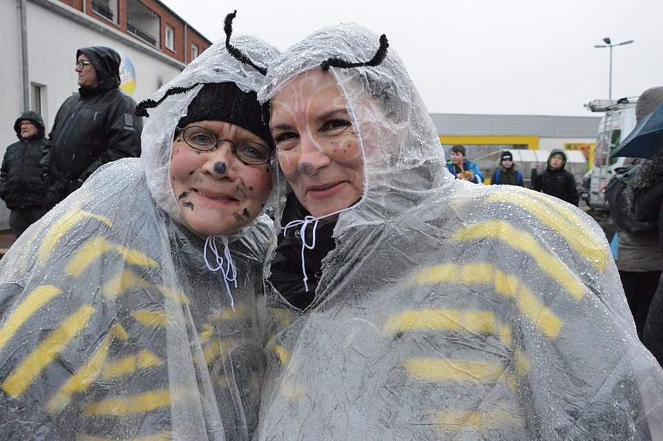 Doris und Kirsten Dau trotzen dem Wetter mit Regenumhängen.