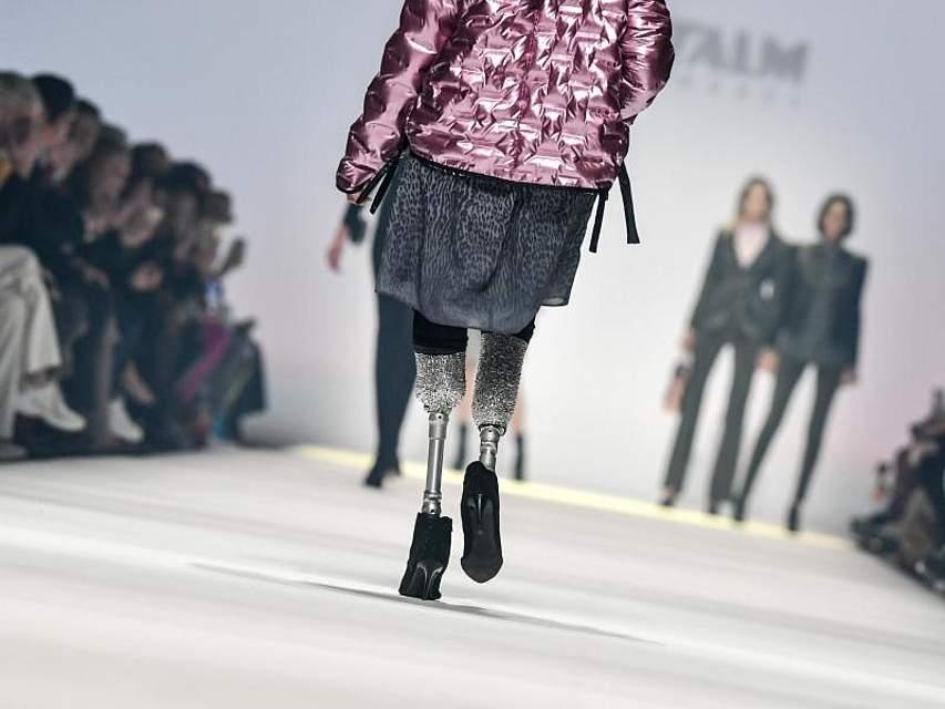 Mit ihrem Auftritt auf der Berliner Modewoche will die Italienerin Giusy Versace anderen Frauen Mut machen. Foto: Jens Kalaene/dpa-Zentralbild/dpa