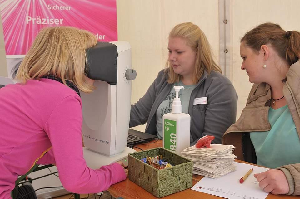 Augenblick mal: Lena-Patricia Reismüller beim Sehtest, den Marisa Weichert und Anna Möller von der Augenklinik Rendsburg vornehmen. Foto: Voß