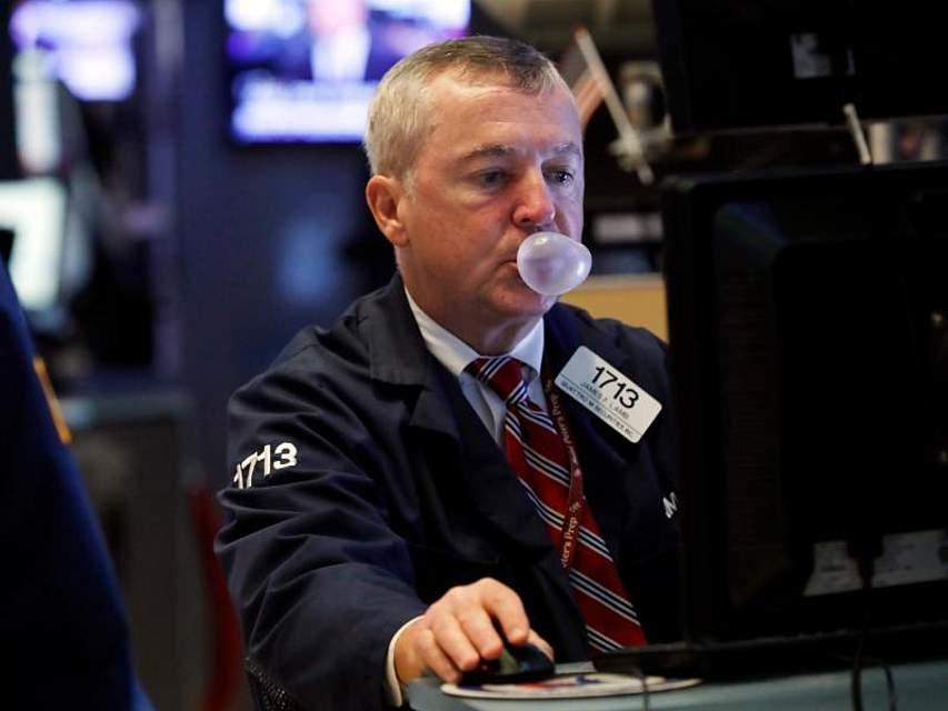 Ein Börsenhändler sitzt vor Monitoren an der New Yorker Börse. Kurz vor weiteren Handelsgesprächen hat sich der Ton zwischen den USA und China wieder verschärft. Das bekamen auch die Anleger an der Wall Street zu spüren. Foto: Richard Drew/AP/dpa