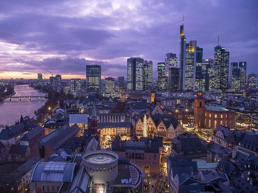 Frankfurt am Main im letzten Licht des Tages. Foto: Boris Roessler/dpa