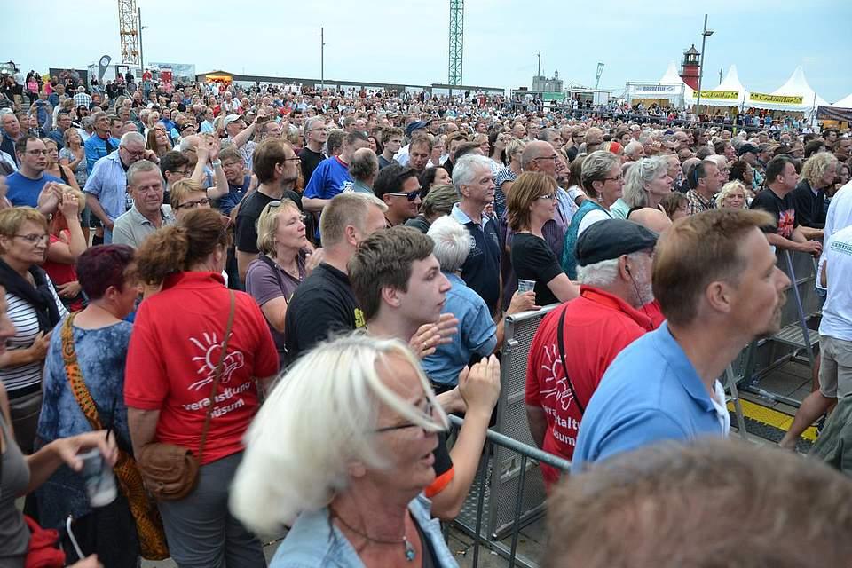 Tausende strömten an den Hauptstrand, um den Legend-at-the-sea-Abend nicht zu verpassen. Foto: Voß