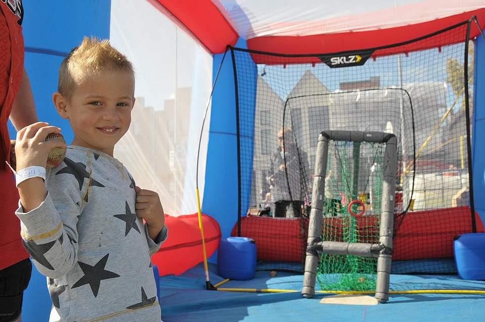 Zielsicher: der fünfjährige John-Luca Syassen aus St. Michel beim Ballwurf. Foto: Voß