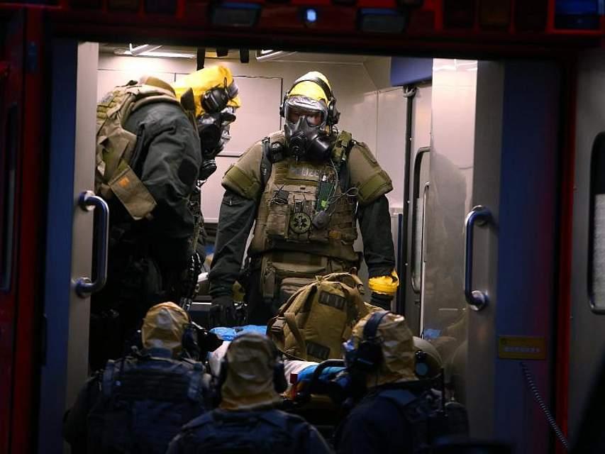 Bei der Durchsuchung einer Wohnung in Köln haben SEK-Beamte verdächtige Substanzen entdeckt. Foto: David Young