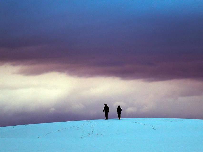 Besucher auf einer Düne im White Sands National Monument in New Mexico. Foto: Eric Gay/AP