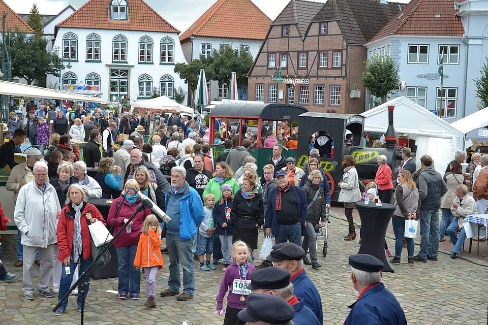Meldorfer Kohlevergnügen: Viele Menschen verfolgen daas Treiben auf dem Marktplatz.