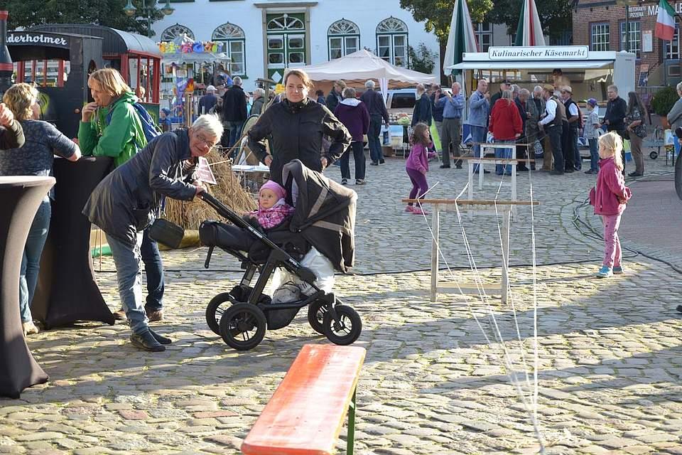 Meldorfer Kohlvergnügen: Bürgervorsteherin Heike Ehlers mit Enkel neben der Vorführung, wie ein Seil gedreht wird.