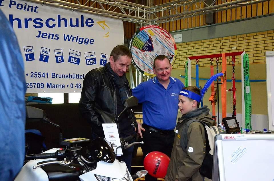 Das Motorrad von Jens Wrigge hat es dem Jungen angetan. Bis zum Führerschein muss er aber noch ein paar Jahre warten.