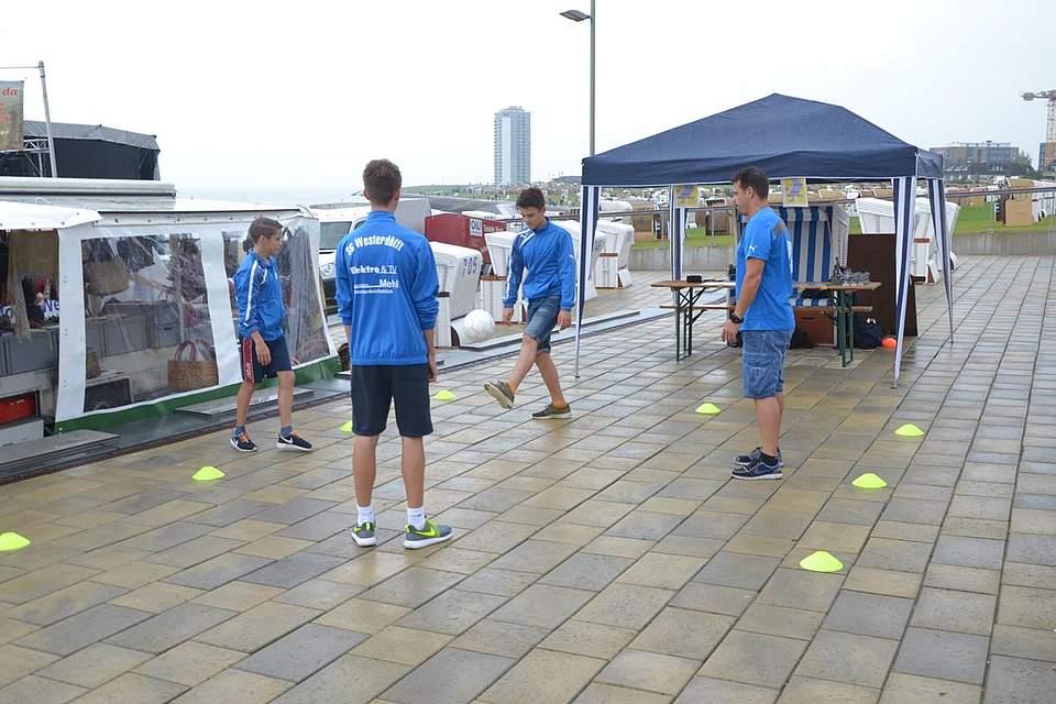 Die Balljongleure des TSV proben für den Auftritt.