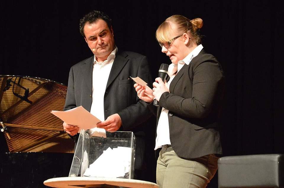 Glücksfee: Anna-Louisa Wolff, Auszubildende bei Boyens Medien, zog an der Seite von Moderator Stefan Schmid die Gewinner der Verlosung.