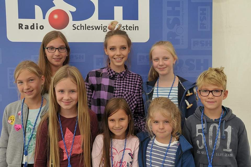 Lin (Mitte) mit ihren Fans Lina (9) und Lisann Schröder (13) aus St. Michel, Emilia (l0) und Ella (5) Hülsmann aus Kiel, Ella Santa (6) aus Neumünster, Milla Relling (9) aus Stockelsdorf und Pelle Kuchel (7) aus Badendorf. Foto: Voß