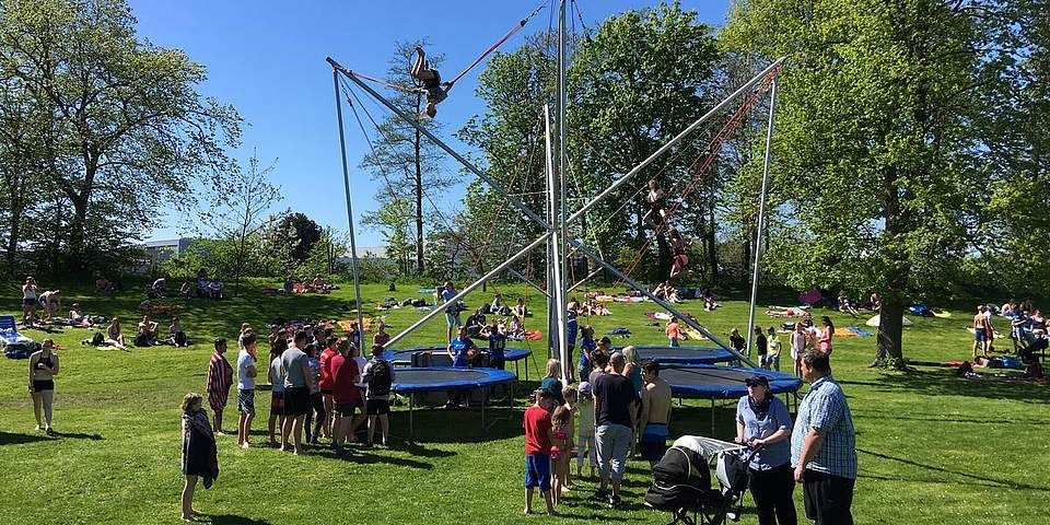 Auf einen Highjumper springen die Kinder bis zu fünf Meter hoch.
