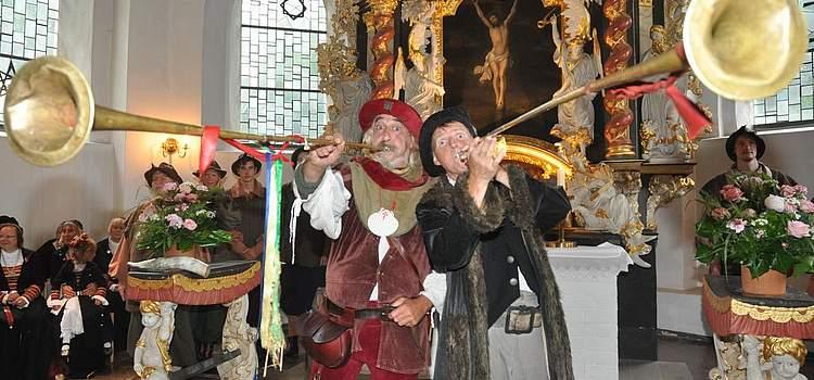Johannes Faget (links) und Gaukler Nikodemus begrüßen die Besucher in der St.-Jürgen-Kirche. Foto: Höfer