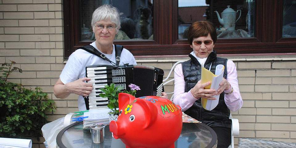 Immer ein Einsatz für den Mukoviszidose-Erkrankte: Hella Hammerich (links). Gestern sang sie gemeinsam mit Marlit Weltzin Frühlingslieder.