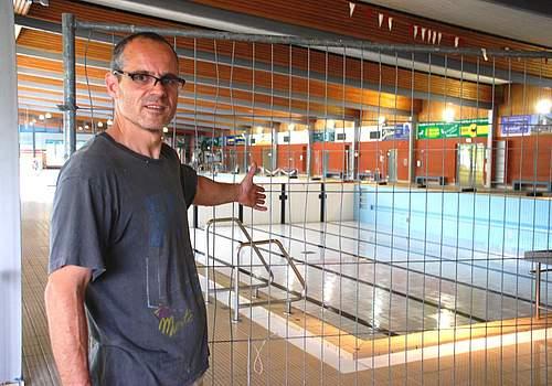 Sperrgitter zur Sicherheit: Badbetriebsleiter Jochen Stegemann am leeren Variobecken. Foto: Lotze