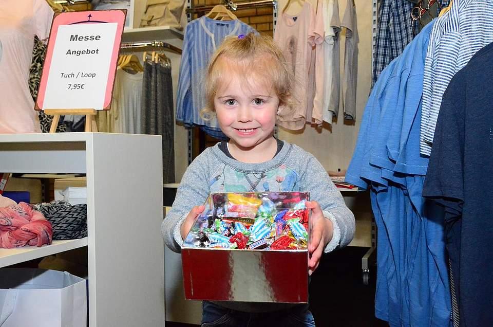 Ein Bonbon gefällig? Loreen Rasch (3) bietet Süßes mit einem ebensolchen Lächeln an.