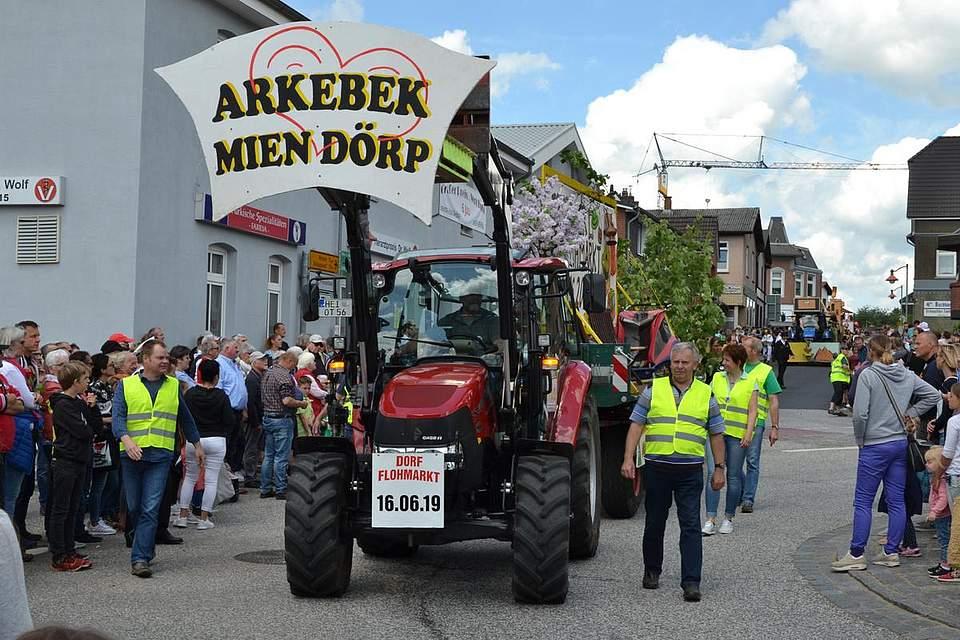 Arkebek macht auf den Dorfflohmarkt aufmerksam.