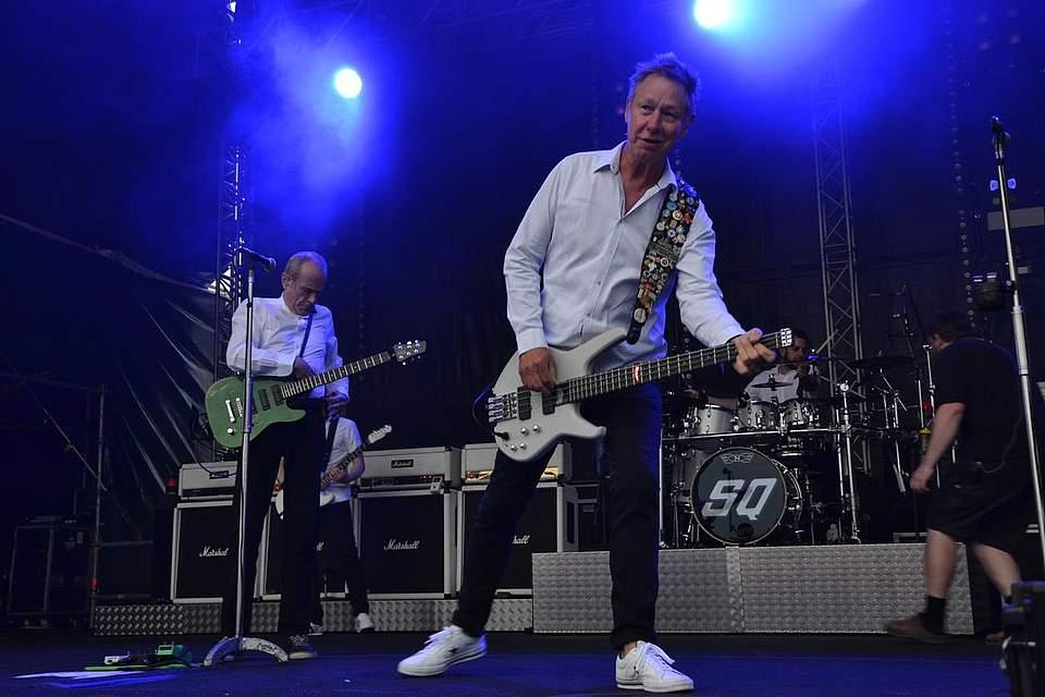 """Saitenwechsel bei Francis Rossi (hinten.) Bassist John """"Rhino"""" Edwards gibt derweil den Ton an. Foto: Voß"""