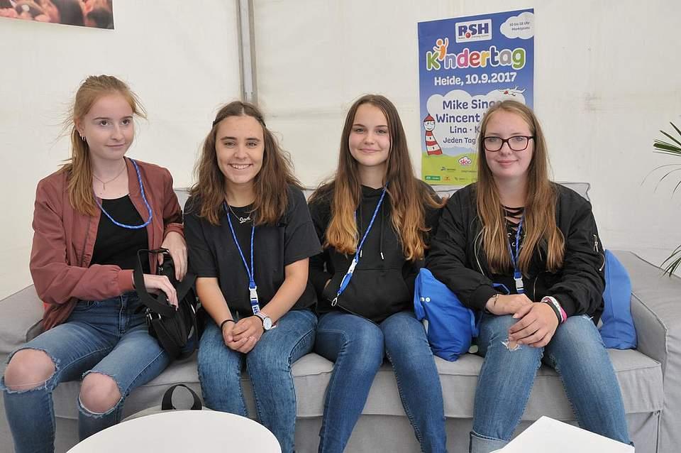 Freuen sich auf ihre Stars von Jeden tag Silvester (von links): Isabell Sothmann (16), Fenja carstens (16, beide aus Heide), Celia Richter (15) aus Nübbel) und Tabea Streibeck (13) aus Heide. Foto: Voß